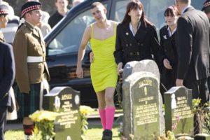 chico-se-pone-vestido-en-el-funeral-de-su-amigo-1-730x487