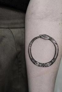 tatuajes-con-simbolos-ouroborus